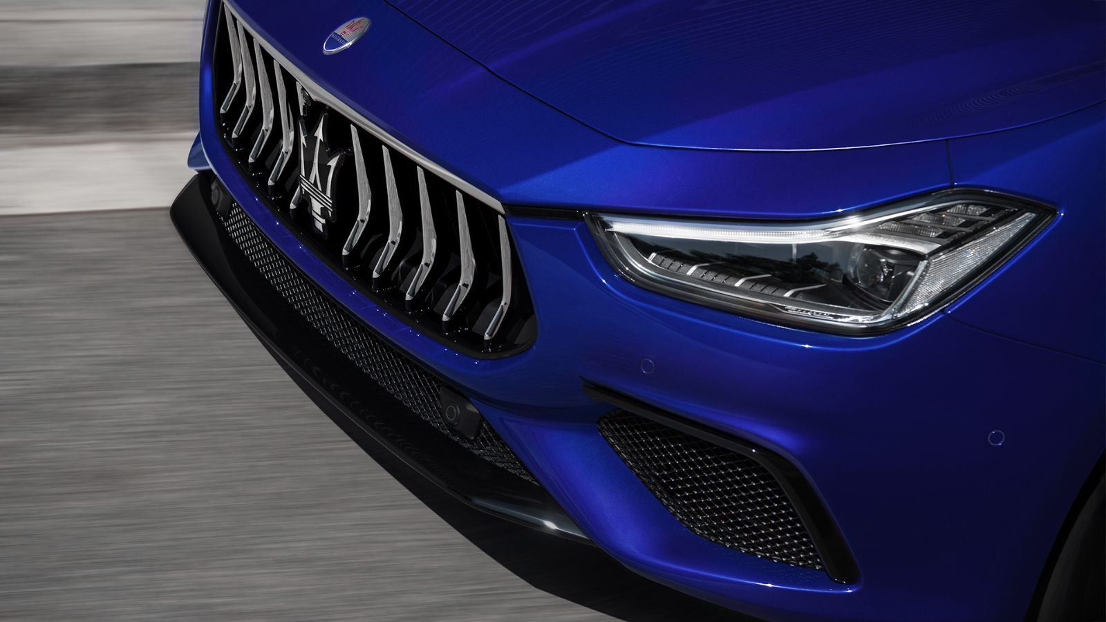 Maserati Ghibli GranSport front view from above, detail of headlights and bumper with logo