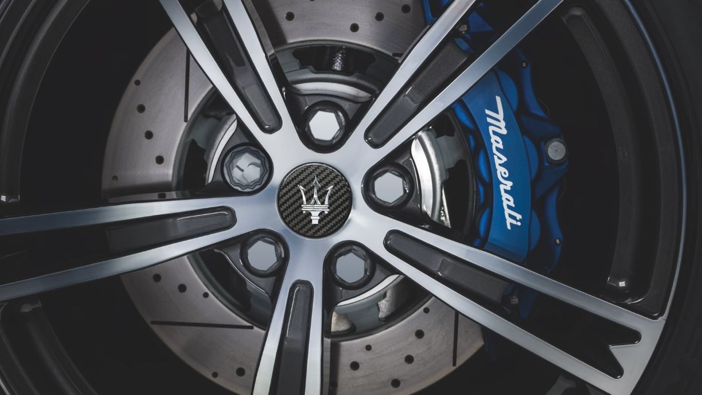 Service and assistance: alloy wheel and brake caliper detail
